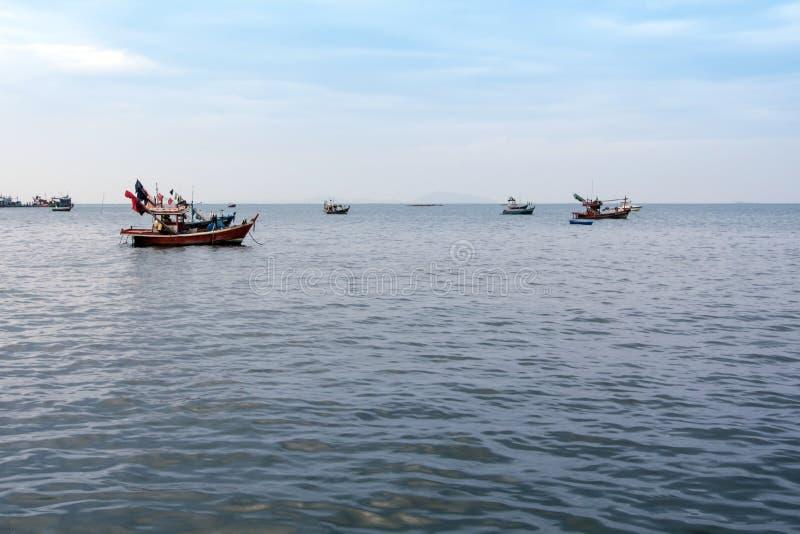 Смещение малых рыбацких лодок прибрежное после возвращения от рыбной ловли стоковое фото
