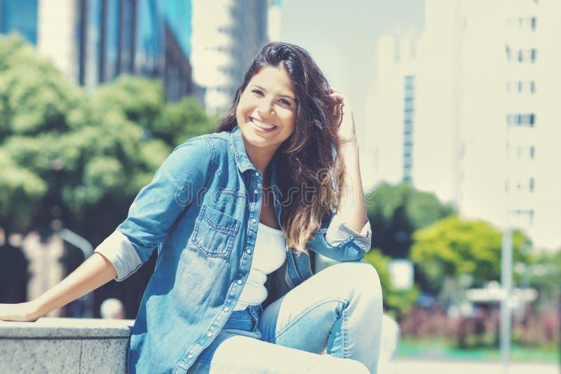 Смеясь кавказская молодая взрослая женщина в городе стоковое изображение rf