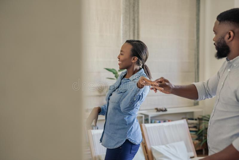 Смеясь молодые Афро-американские танцы пар совместно дома стоковое изображение rf
