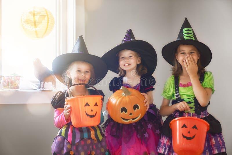 Смеясь над дети в костюмах ведьм стоковые изображения rf