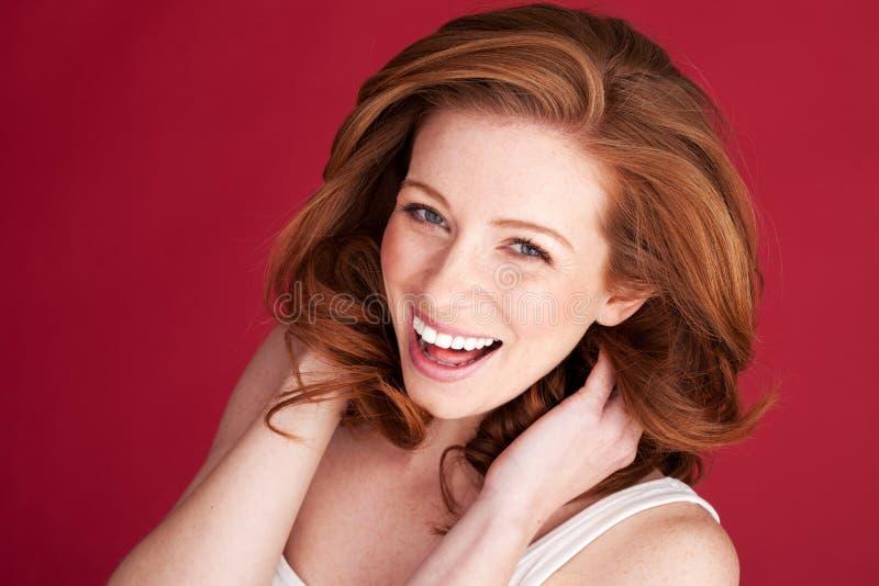 смеясь над женщина redhead vivacious стоковое изображение