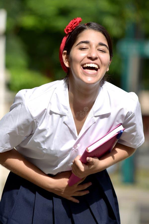 Смеясь над католическая колумбийская школьная форма студента девушки нося стоковые изображения