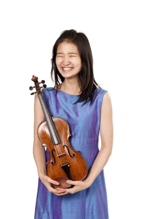 Смеясь над молодой женский игрок скрипки на белизне стоковая фотография rf