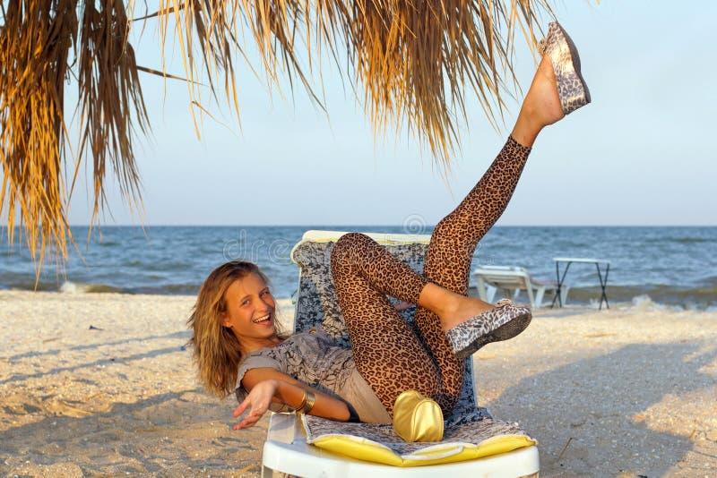 Смеясь над предназначенная для подростков девушка стоковое изображение rf