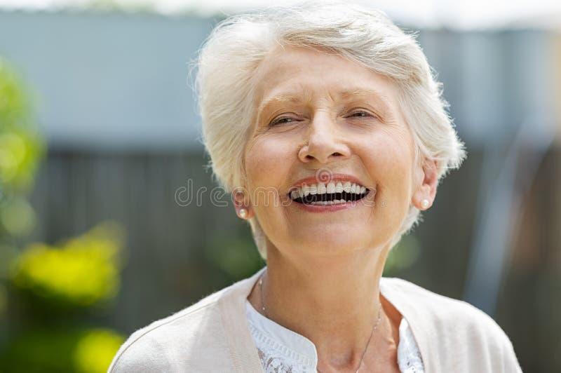 смеясь над старшая женщина стоковая фотография rf