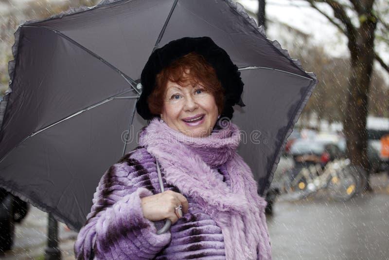смеясь над старшая женщина стоковые фотографии rf