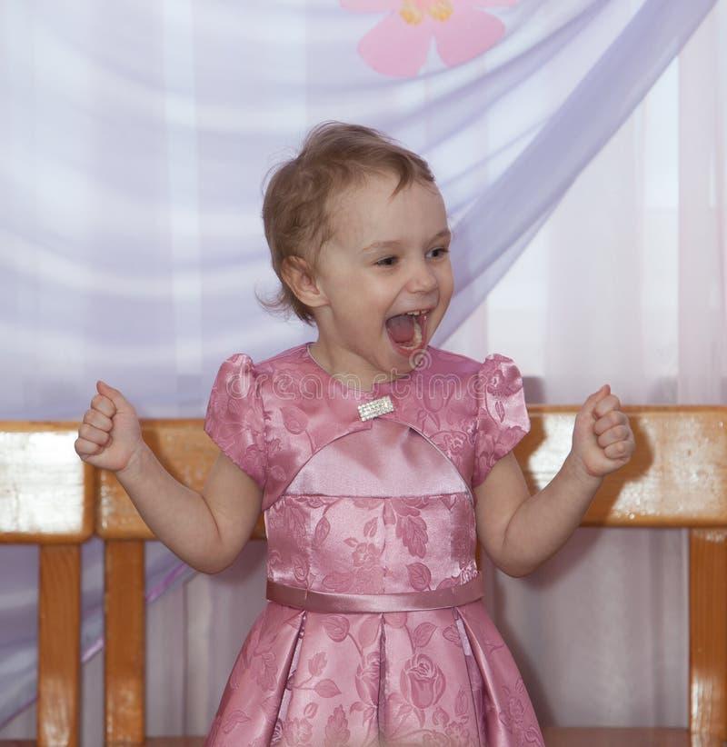 Смеясь над девушка взволнованности радостные стоковая фотография rf