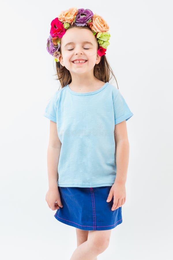 Смеясь над девушка в голубом головном уборе футболки и соотечественника цветков стоковые изображения