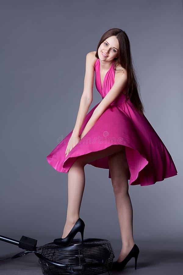 Смеясь над девушка в платье на вентиляторе стоковые фотографии rf