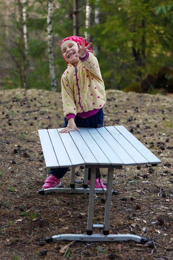Смеясь над девушка в древесине взволнованности радостные стоковая фотография rf