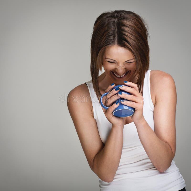 Смеясь над женщина с кофейной чашкой стоковые изображения