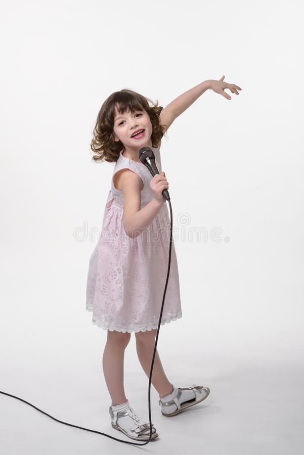 Смеясь над певица с черным mic стоковое фото