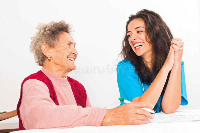 Смеясь над пожилые люди и медсестра стоковые изображения rf