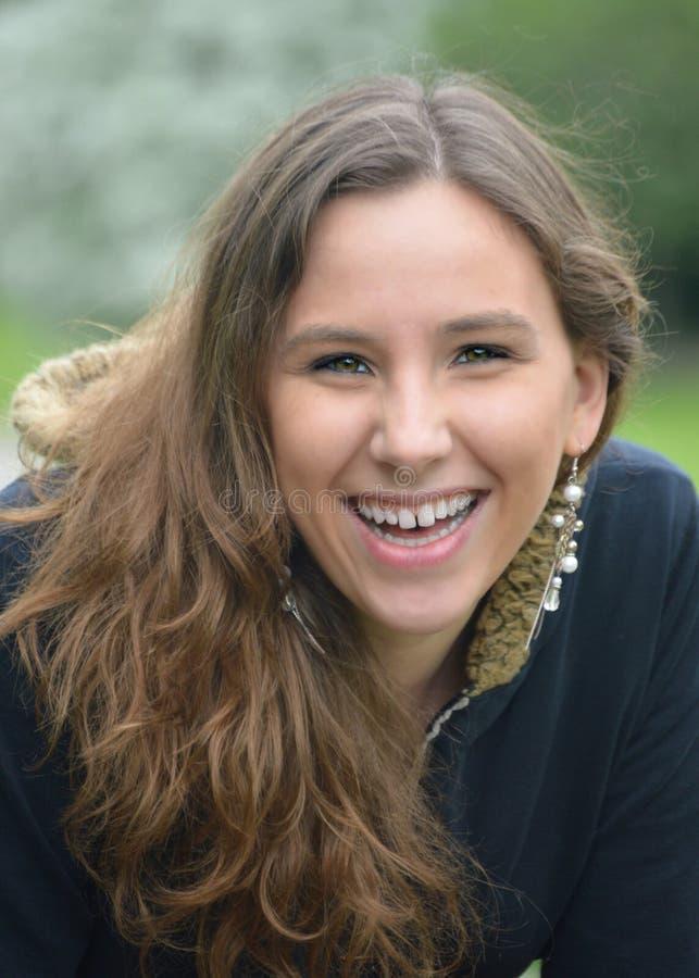 Смеясь над подростковая женщина стоковая фотография