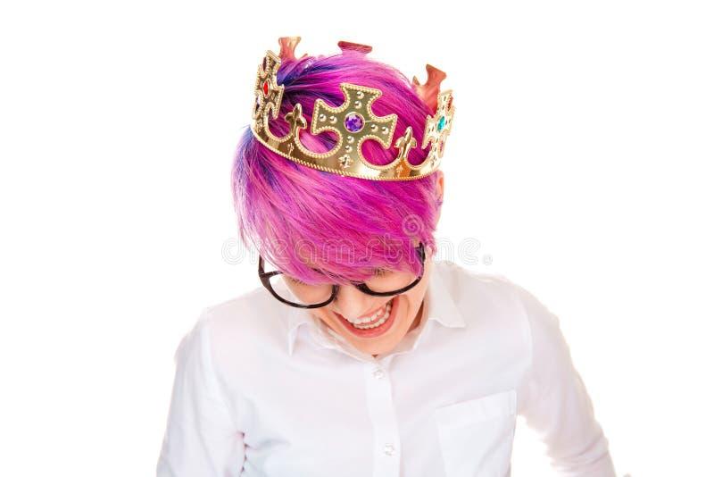 Смеяться кроны дня рождения женщины нося золотой счастливый стоковое фото rf