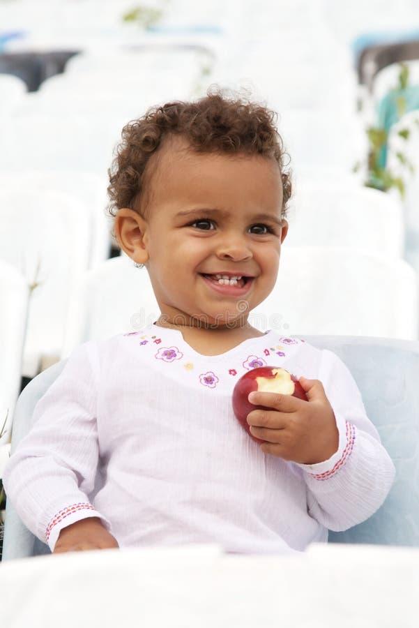 смеяться над девушки младенца яблока милый стоковые фото