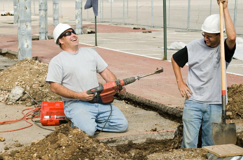 Смеяться над рабочий-строителей стоковое изображение