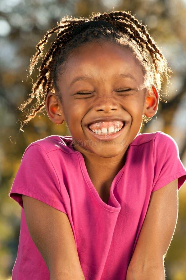 смеяться над ребенка афроамериканца стоковое изображение
