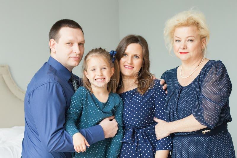 смеяться над семьи Мать, дочь, отец и бабушка стоковое изображение