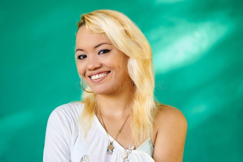 Смеяться над девушки Latina красивого портрета людей счастливый милый стоковые изображения