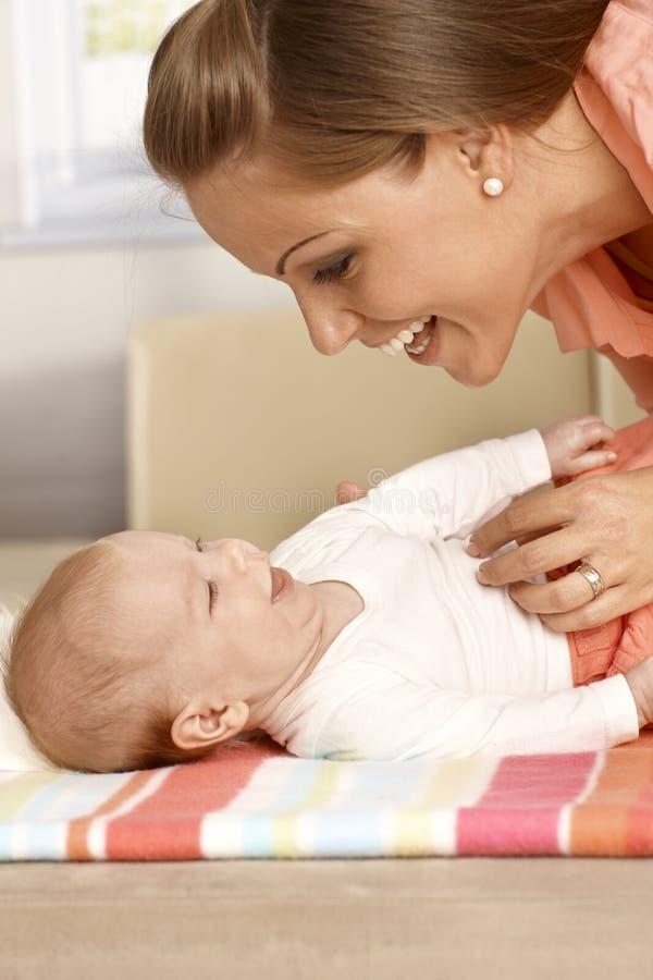 Смеяться над матери и младенца стоковые изображения rf