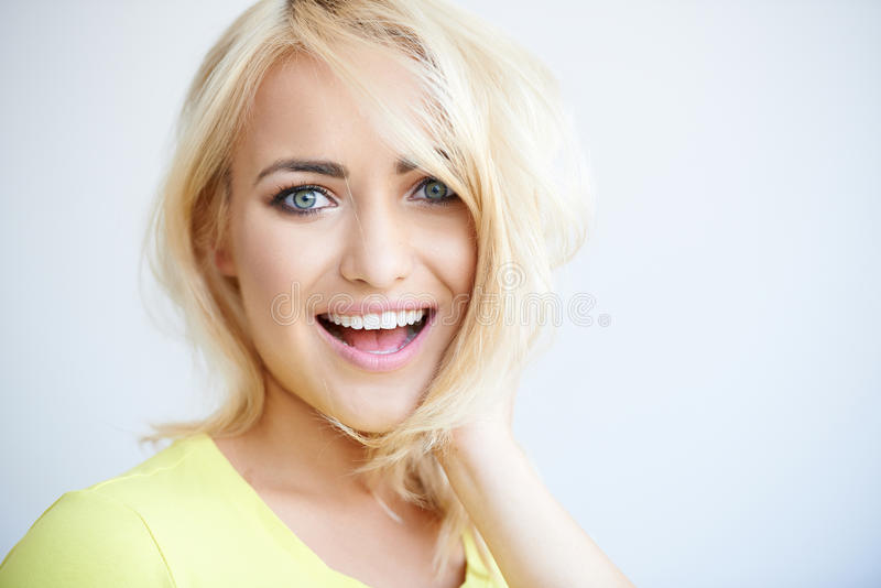 Смеяться над довольно молодой белокурой женщиной стоковые изображения