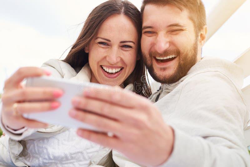 смеяться над пар счастливый стоковые изображения