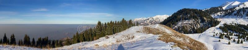 Смог в горах стоковое фото