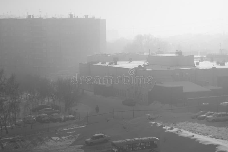 Смог в городе в зиме стоковые изображения