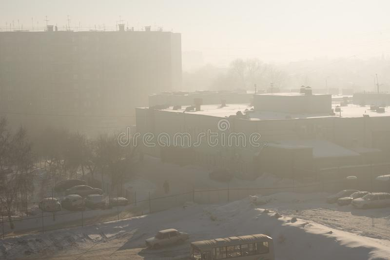 Смог в городе в зиме стоковое изображение rf