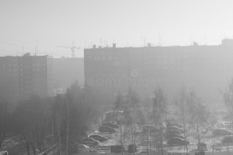 Смог в городе в зиме стоковое фото rf
