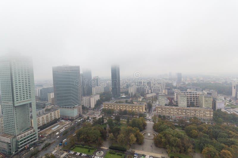 Смог или туман в городе Варшавы стоковые фотографии rf