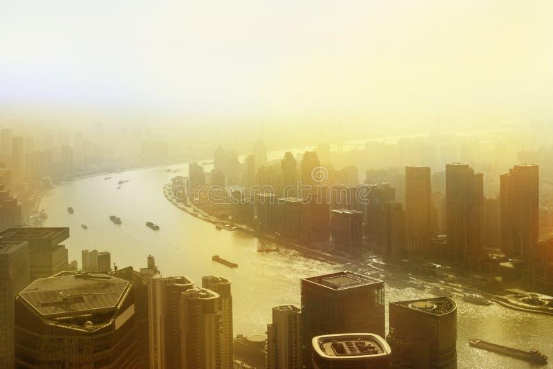 Смог лежит над горизонтом городского города архитектуры и современный стоковое фото
