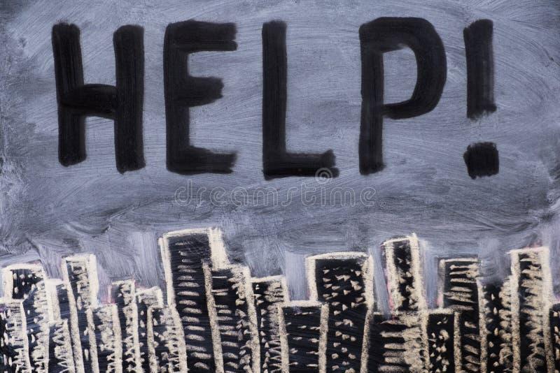 Смог над городом на доске, нарисованной на классн классном с ПОМОЩЬЮ текста Загрязнение атмосферы и окружающей среды стоковое изображение rf