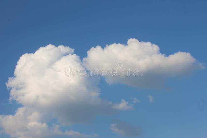 Смогл на предпосылке голубого неба стоковое фото