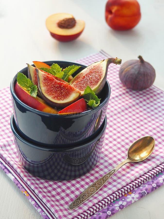 Смоквы приносить близко вверх в голубой вазе vegetarian салата фарфора померанцев виноградин плодоовощ еды еда принципиальной схе стоковые фото