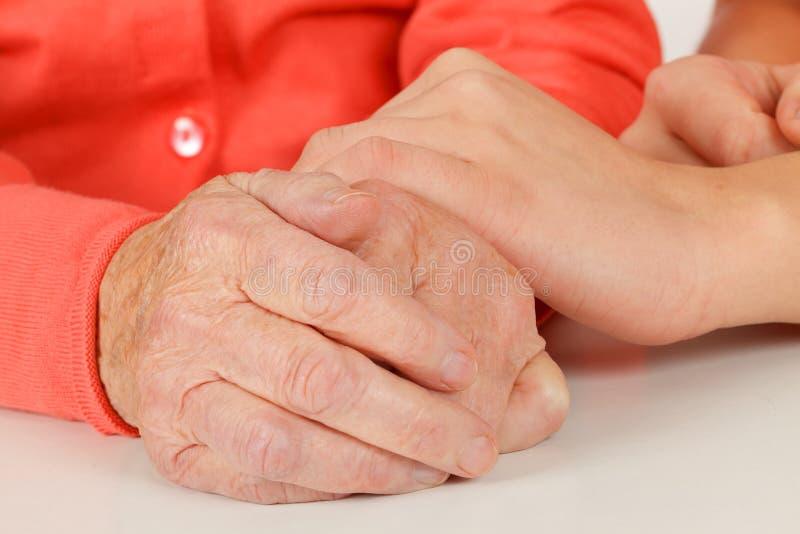 Сморщенные старшие руки стоковое фото rf