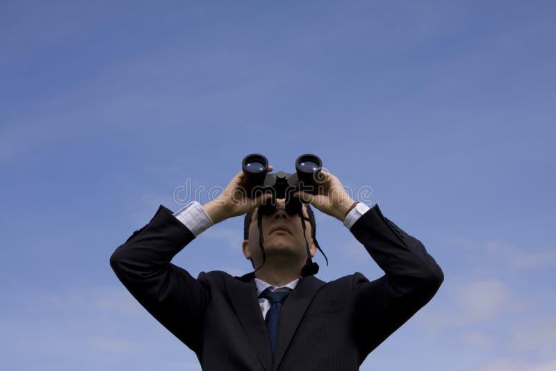 смотреть бизнесмена биноклей стоковая фотография