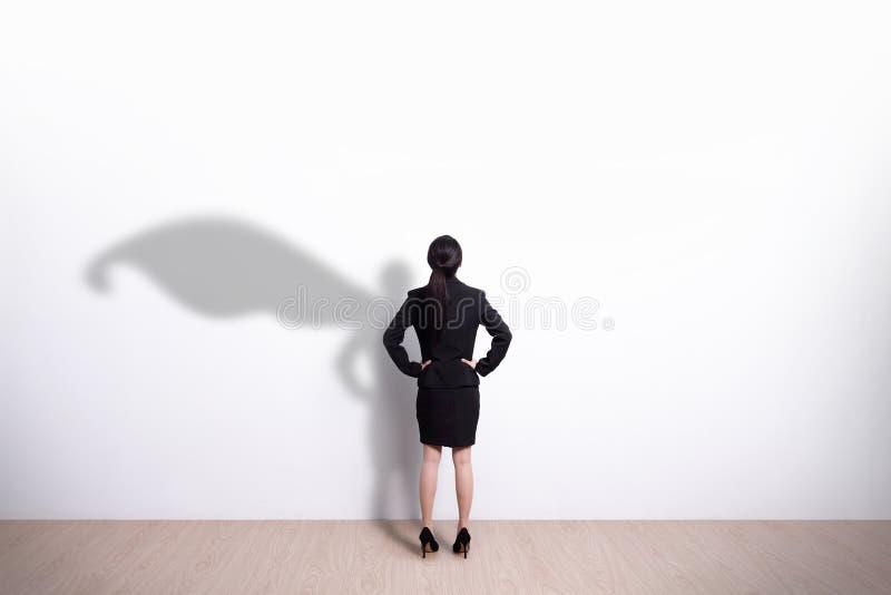 Смотреть бизнес-леди супергероя стоковые изображения rf
