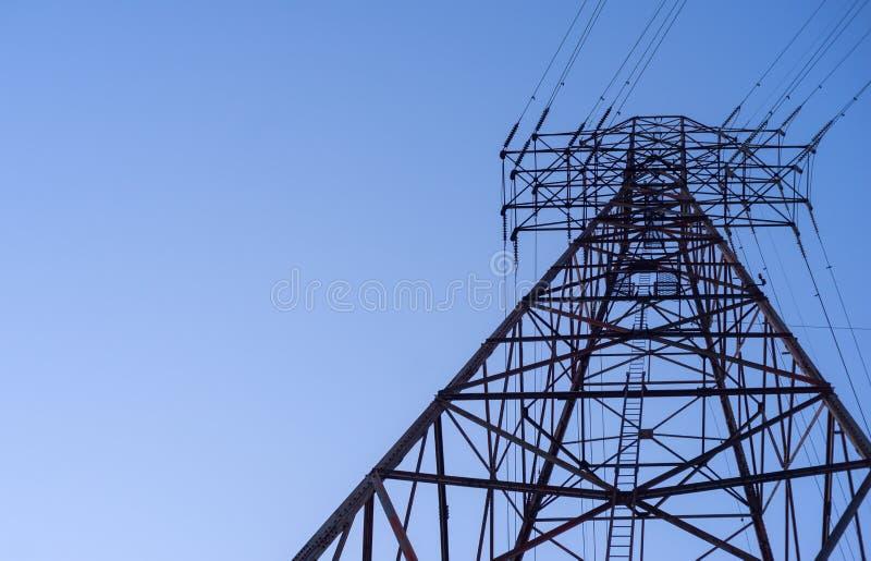 Смотреть вверх на башне передачи электроэнергии стоковое фото rf