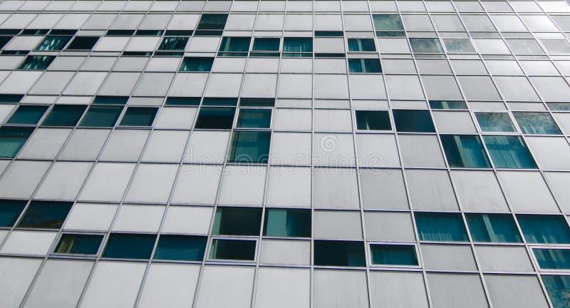 Смотреть вверх на большом деле и вкладе средств массовой информации здания или города стоковые фото