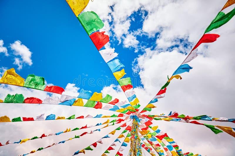 Смотреть вверх на буддийских флагах молитве стоковое изображение rf