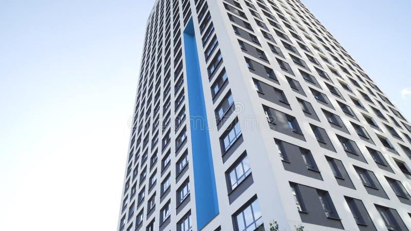Смотреть вверх на группе в составе современные офисные здания на предпосылке голубого неба Рамка Стеклянные здания города во врем стоковые изображения