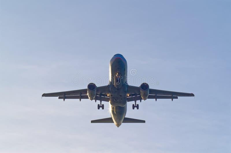 Смотреть вверх на коммерчески самолете пассажира стоковые изображения rf