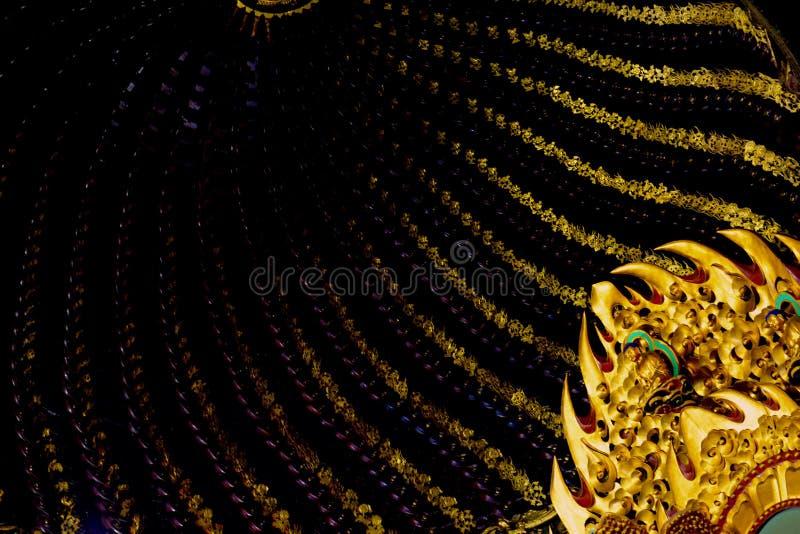 Смотреть вверх на крыше внутри китайского виска - сногсшибательные деталь и картины золота стоковое изображение