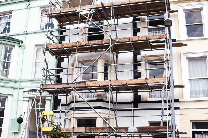 Смотреть вверх на лесах реновации здания Здание под конструкцией, лесами металла Железные леса конструкции B стоковые фотографии rf