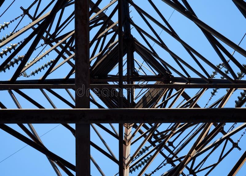 Смотреть вверх на высоковольтной опоре стоковая фотография rf