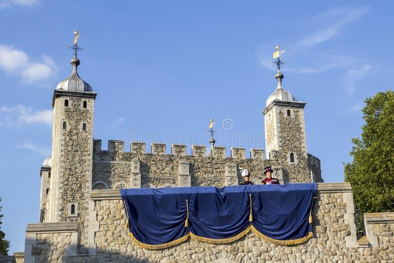 Смотреть вверх на стенах замка башни Лондона с Ravenmaster Лондон, Англия, Великобритания, стоковое изображение