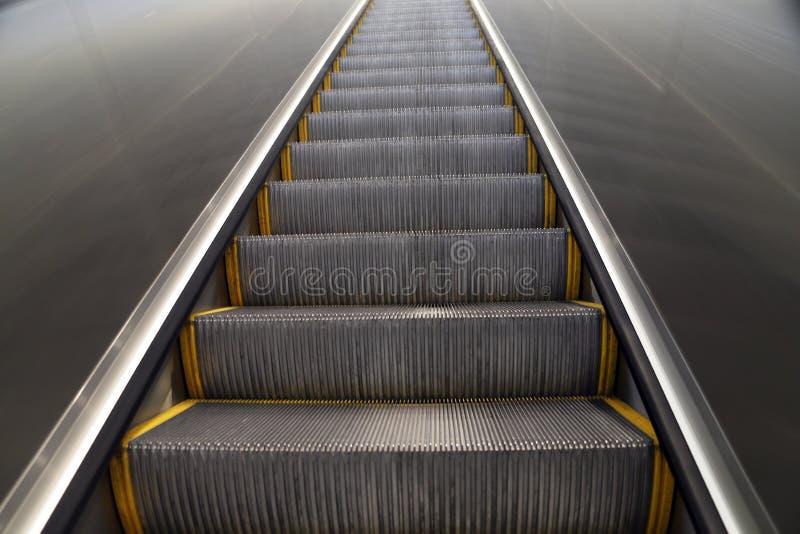 Смотреть вверх эскалатор стоковое изображение rf