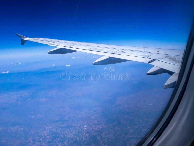 Смотреть взгляд крыла воздушных судн из окон стоковое изображение